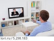 Купить «мужчина смотрит телевизор в гостиной», фото № 5298183, снято 6 октября 2013 г. (c) Андрей Попов / Фотобанк Лори
