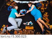 Купить «Муж дарит сердце беременной жене», фото № 5300023, снято 28 октября 2012 г. (c) Сергей Дубров / Фотобанк Лори