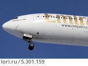Нос самолета боинг 777-300 авиакомпании emirates. Редакционное фото, фотограф Олег Пластинин / Фотобанк Лори
