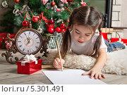 Купить «Маленькая девочка пишет письмо Деду Морозу», фото № 5301491, снято 2 ноября 2013 г. (c) Оксана Гильман / Фотобанк Лори