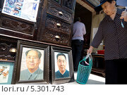Портрет китайского вождя Мао Цзэдуна и старинный комод в лавке старьевщика на одной из улиц города Шанхая, Китай (2013 год). Редакционное фото, фотограф Николай Винокуров / Фотобанк Лори