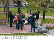 Купить «Съёмочная группа на съёмках фильма в Екатерининском сквере», эксклюзивное фото № 5302135, снято 14 октября 2012 г. (c) Алёшина Оксана / Фотобанк Лори