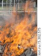 Незаконное сжигание отходов с нарушением экологических норм. Стоковое фото, фотограф Ислам Ижаев / Фотобанк Лори