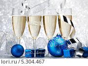 Купить «Новогодний натюрморт. Ёлочные шары. коробочки с подарками и четыре бокала шампанского на серебристом фоне», фото № 5304467, снято 19 октября 2013 г. (c) Иван Михайлов / Фотобанк Лори