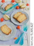 Яблочный кекс на голубых тарелках на деревянном столе с физалисом. Стоковое фото, фотограф Ульяна Хорунжа / Фотобанк Лори