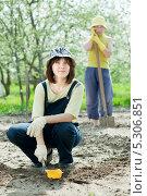 Купить «Женщины работают в саду весной», фото № 5306851, снято 12 мая 2012 г. (c) Яков Филимонов / Фотобанк Лори