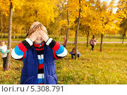 Купить «Игра в прятки. Мальчик закрыл руками глаза и считают. Дети прячутся в осеннем парке», фото № 5308791, снято 6 октября 2013 г. (c) Сергей Новиков / Фотобанк Лори