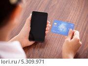 женщина держит смартфон и банковскую карту. Стоковое фото, фотограф Андрей Попов / Фотобанк Лори