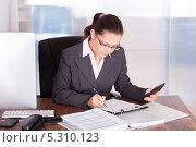Купить «деловая женщина ведет бухгалтерию», фото № 5310123, снято 10 августа 2013 г. (c) Андрей Попов / Фотобанк Лори
