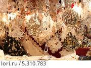 Купить «Витрина с рождественскими сувенирами», фото № 5310783, снято 19 декабря 2012 г. (c) Мария Николаева / Фотобанк Лори