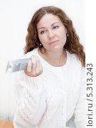 Купить «Девушка с недовольным лицом переключает каналы телевизионным пультом пультом», фото № 5313243, снято 17 ноября 2013 г. (c) Кекяляйнен Андрей / Фотобанк Лори