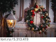 Новогодний венок на двери, фонарик. Стоковое фото, фотограф Артём Ласьков / Фотобанк Лори