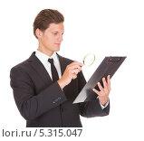 Купить «деловой мужчина изучает бумаги с увеличительным стеклом», фото № 5315047, снято 24 августа 2013 г. (c) Андрей Попов / Фотобанк Лори