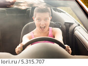 Купить «радостная молодая женщина ведет автомобиль», фото № 5315707, снято 8 июля 2013 г. (c) Андрей Попов / Фотобанк Лори
