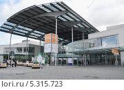 Купить «Западный вход в выставочный центр Messe Munchen (New Munich Trade Fair Centre) - Мюнхен, Германия», эксклюзивное фото № 5315723, снято 17 сентября 2013 г. (c) Александр Замараев / Фотобанк Лори