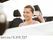 Купить «молодая женщина показывает водительские права», фото № 5315727, снято 8 июля 2013 г. (c) Андрей Попов / Фотобанк Лори