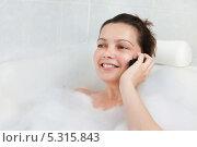 девушка лежит в ванне и говорит по телефону. Стоковое фото, фотограф Андрей Попов / Фотобанк Лори