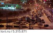 Купить «Утренний час пик на заснеженной дороге в Санкт-Петербурге. Первый снег», видеоролик № 5315871, снято 27 ноября 2013 г. (c) Кекяляйнен Андрей / Фотобанк Лори