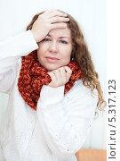 Купить «Молодая женщина с головной болью держится за голову», фото № 5317123, снято 17 ноября 2013 г. (c) Кекяляйнен Андрей / Фотобанк Лори