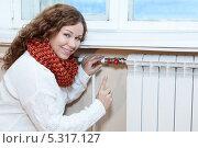 Купить «Девушка с открытым вентилем на батарее центрального отопления», фото № 5317127, снято 17 ноября 2013 г. (c) Кекяляйнен Андрей / Фотобанк Лори