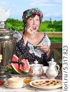 Купить «Чаепитие на природе, женщина за столом с угощением», фото № 5317823, снято 6 июля 2013 г. (c) Алексей Кузнецов / Фотобанк Лори