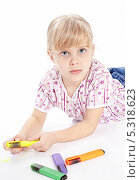 Купить «Портрет маленькой девочки с разноцветными фломастерами», фото № 5318623, снято 4 ноября 2013 г. (c) Галина Михалишина / Фотобанк Лори
