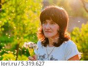 Купить «Женщина с одуванчиками при закатном солнце», эксклюзивное фото № 5319627, снято 27 мая 2013 г. (c) Игорь Низов / Фотобанк Лори