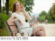 Купить «Счастливая беременная блондинка говорит по телефону», фото № 5321003, снято 18 июля 2013 г. (c) Яков Филимонов / Фотобанк Лори