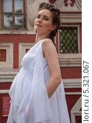 Купить «Девушка в белом. Беременная», фото № 5321067, снято 18 июля 2013 г. (c) Александра Орехова / Фотобанк Лори