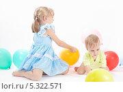 Купить «Двое детей с воздушными шариками на белом фоне», фото № 5322571, снято 4 ноября 2013 г. (c) Галина Михалишина / Фотобанк Лори