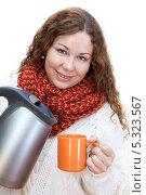 Девушка наливает горячую воду из чайника в чашку. Стоковое фото, фотограф Кекяляйнен Андрей / Фотобанк Лори