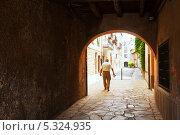 Купить «Старая улица с аркой», фото № 5324935, снято 1 июля 2013 г. (c) Яков Филимонов / Фотобанк Лори