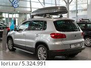 Купить «Volkswagen  Tiguan в Автосалоне Фольксваген Центр Германика в Химках», эксклюзивное фото № 5324991, снято 30 ноября 2013 г. (c) Володина Ольга / Фотобанк Лори