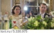 Молодожены за праздничным столом. Стоковое видео, видеограф Данил Руденко / Фотобанк Лори