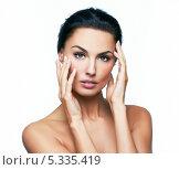Купить «Красивая темноволосая девушка трогает кожу своего лица», фото № 5335419, снято 25 марта 2019 г. (c) Владимир Красюк / Фотобанк Лори
