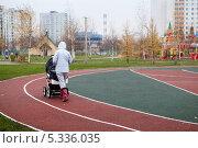 Купить «Женщина гуляет с коляской», эксклюзивное фото № 5336035, снято 6 ноября 2013 г. (c) Родион Власов / Фотобанк Лори