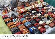 Купить «Лоток с сувенирами. Кожаные напульсники», эксклюзивное фото № 5338219, снято 17 марта 2013 г. (c) Щеголева Ольга / Фотобанк Лори