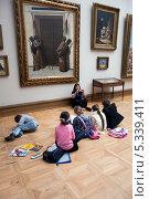 Купить «Дети рисуют сидя на полу в Третьяковской галерее в Москве», фото № 5339411, снято 27 октября 2012 г. (c) Володина Ольга / Фотобанк Лори
