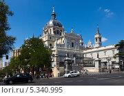 Кафедральный собор Almudena в Мадриде, Испания (2013 год). Редакционное фото, фотограф Яков Филимонов / Фотобанк Лори
