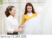 Купить «Невеста с мамой выбирают свадебное платье», фото № 5341035, снято 19 декабря 2012 г. (c) Яков Филимонов / Фотобанк Лори
