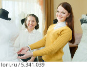 Купить «Молодая невеста выбирает свадебное платье», фото № 5341039, снято 19 декабря 2012 г. (c) Яков Филимонов / Фотобанк Лори