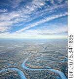 Купить «Вид сверху на зимний лес с рекой», фото № 5341895, снято 20 января 2012 г. (c) Владимир Мельников / Фотобанк Лори