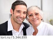 Пожилая женщина и её взрослый сын. Стоковое фото, фотограф Phovoir Images / Фотобанк Лори
