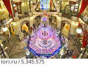 Новогоднее оформление знаменитого фонтана в Торговом доме ГУМ, Москва (2013 год). Редакционное фото, фотограф Владимир Сергеев / Фотобанк Лори