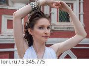 Купить «Девушка в белом с украшениями», фото № 5345775, снято 18 июля 2013 г. (c) Александра Орехова / Фотобанк Лори