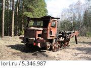 Купить «Заброшенный вездеход в лесу», фото № 5346987, снято 3 мая 2013 г. (c) Бяков Вячеслав / Фотобанк Лори