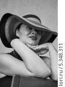 Купить «Девушка в шляпе на стуле», фото № 5348311, снято 5 августа 2013 г. (c) Светлана Голубкова / Фотобанк Лори