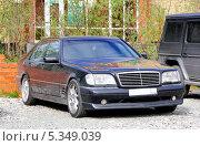 Купить «Автомобиль Mercedes-Benz W140 S-class», фото № 5349039, снято 22 июня 2013 г. (c) Art Konovalov / Фотобанк Лори