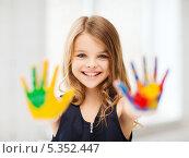 Купить «Счастливая девочка показывает испачканные в краске ладошки», фото № 5352447, снято 31 июля 2013 г. (c) Syda Productions / Фотобанк Лори