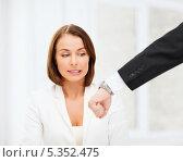 Купить «начальник показывает время на наручных часах пристыженной подчиненной», фото № 5352475, снято 18 июля 2013 г. (c) Syda Productions / Фотобанк Лори